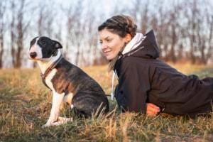Nicole Hertel mit aufmerksamen Hund